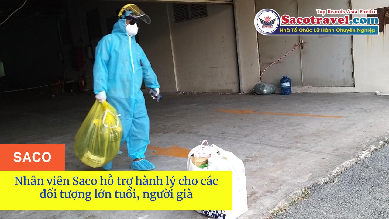 nhân viên saco hỗ trợ hành lý